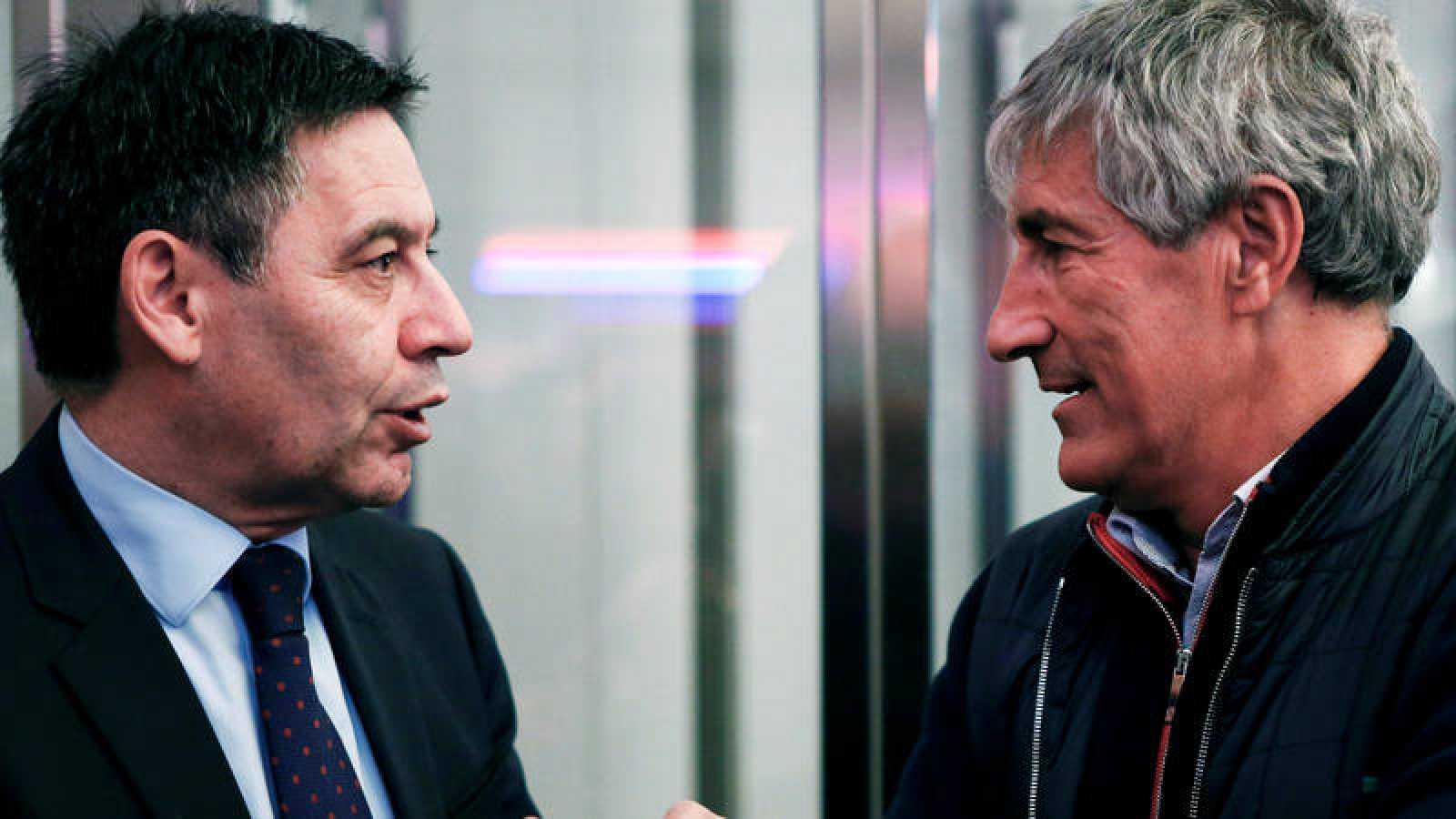 El presidente del FC Barcelona, Josep Maria Bartomeu (i), conversa con el entonces entrenador del primer equipo, Quique Setién, el pasado febrero