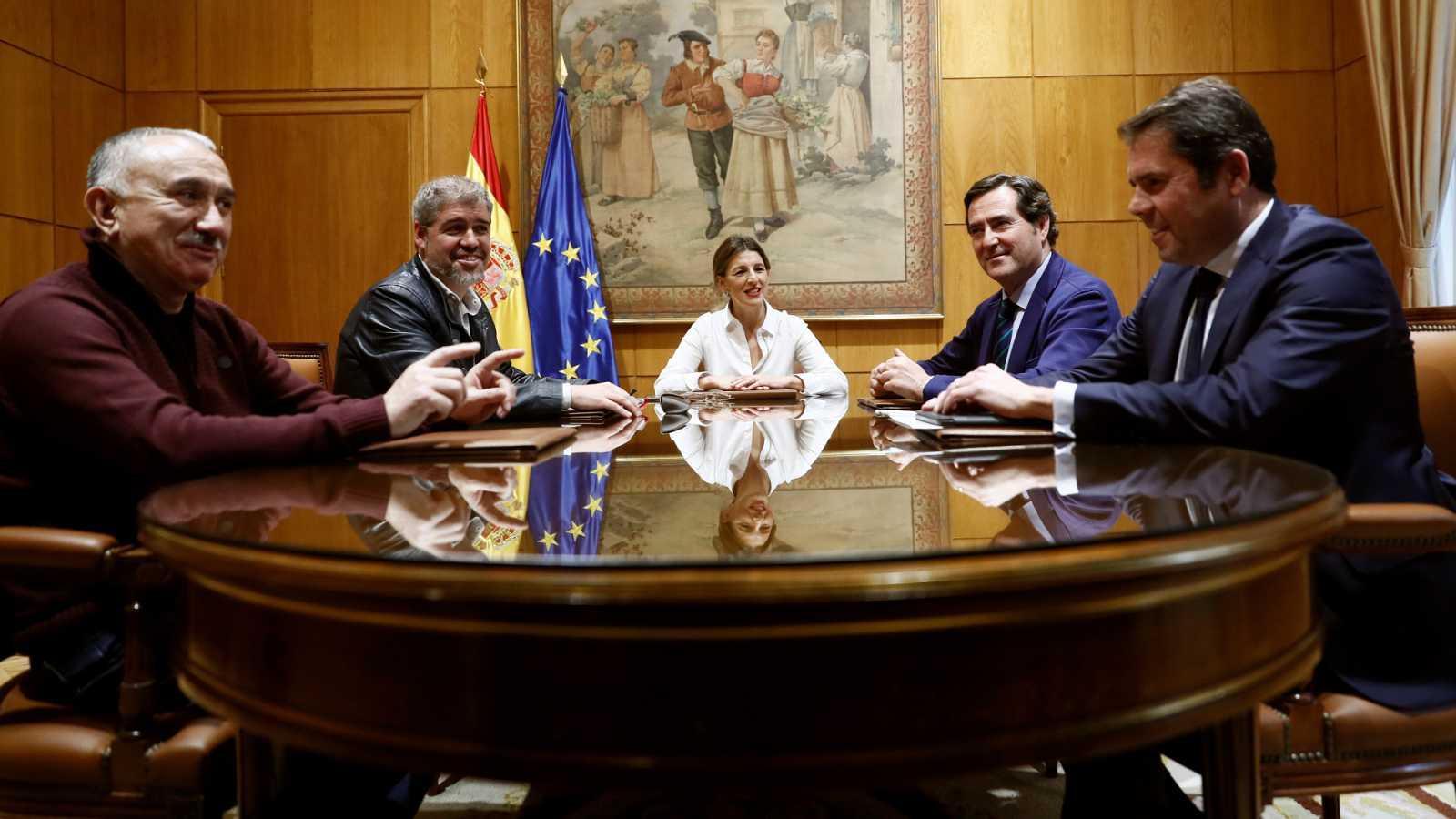 Imagen de archivo de una de las reuniones entre el Gobierno y los agentes sociales para negociar los ERTE