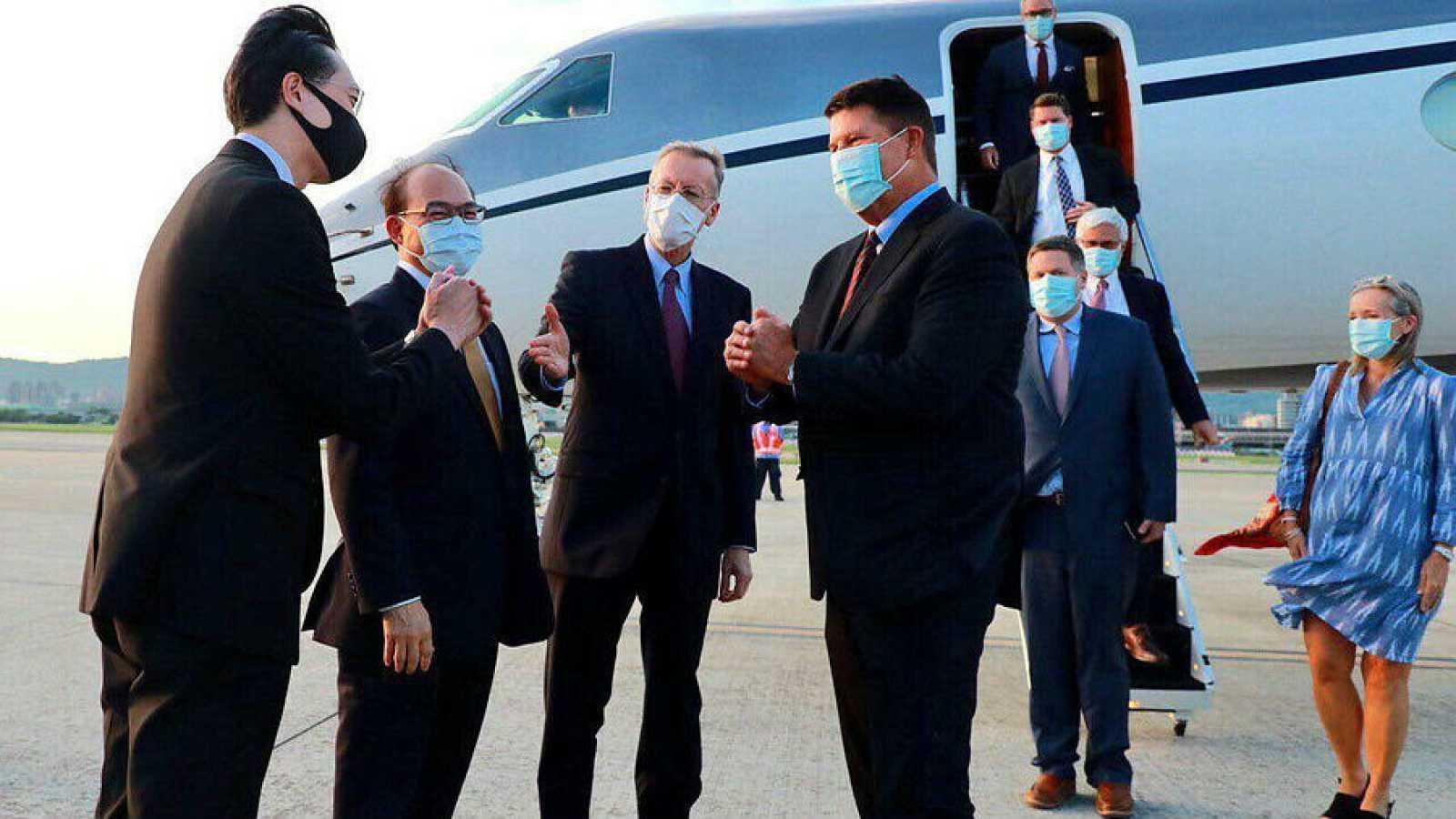 Miembros del Ministerio de Relaciones Exteriores de Taiwán dan la bienvenida al subsecretario de Estado de Asuntos Económicos de EE.UU., Keith Krath.