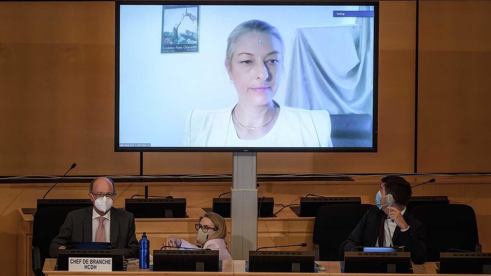 La relatora especial de la ONU sobre la situación de los derechos humanos en Bielorrusia, Anais Marin, habla a través de un mensaje de video durante una reunión del Consejo de Derechos Humanos de las Naciones Unidas sobre denuncias de tortura y otras