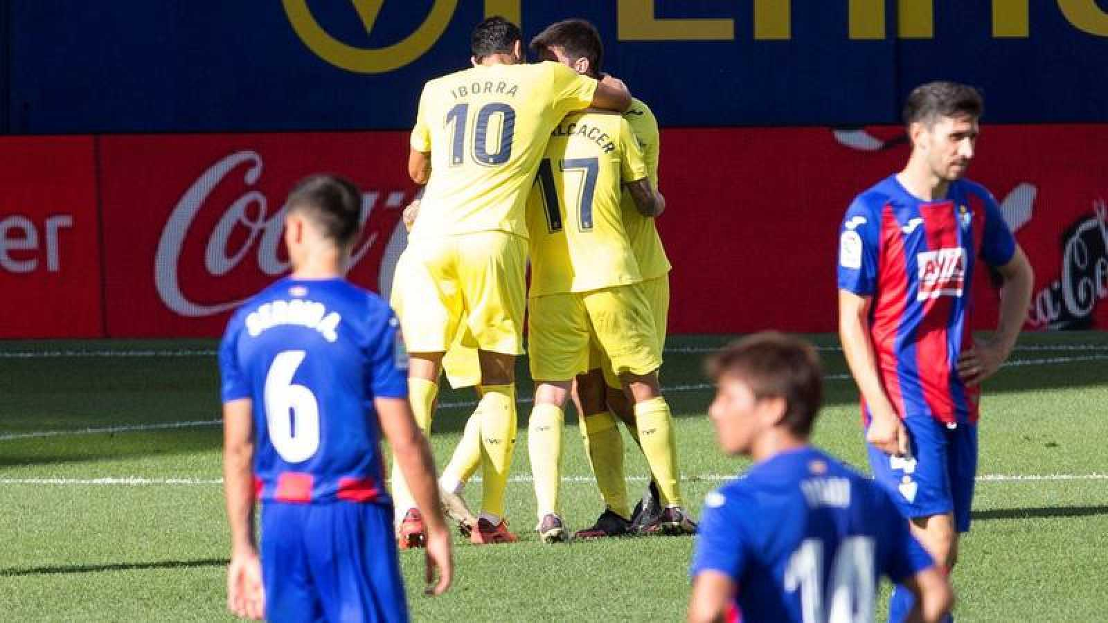 Los jugadores del Villarreal celebran un tanto marcado al Eibar.