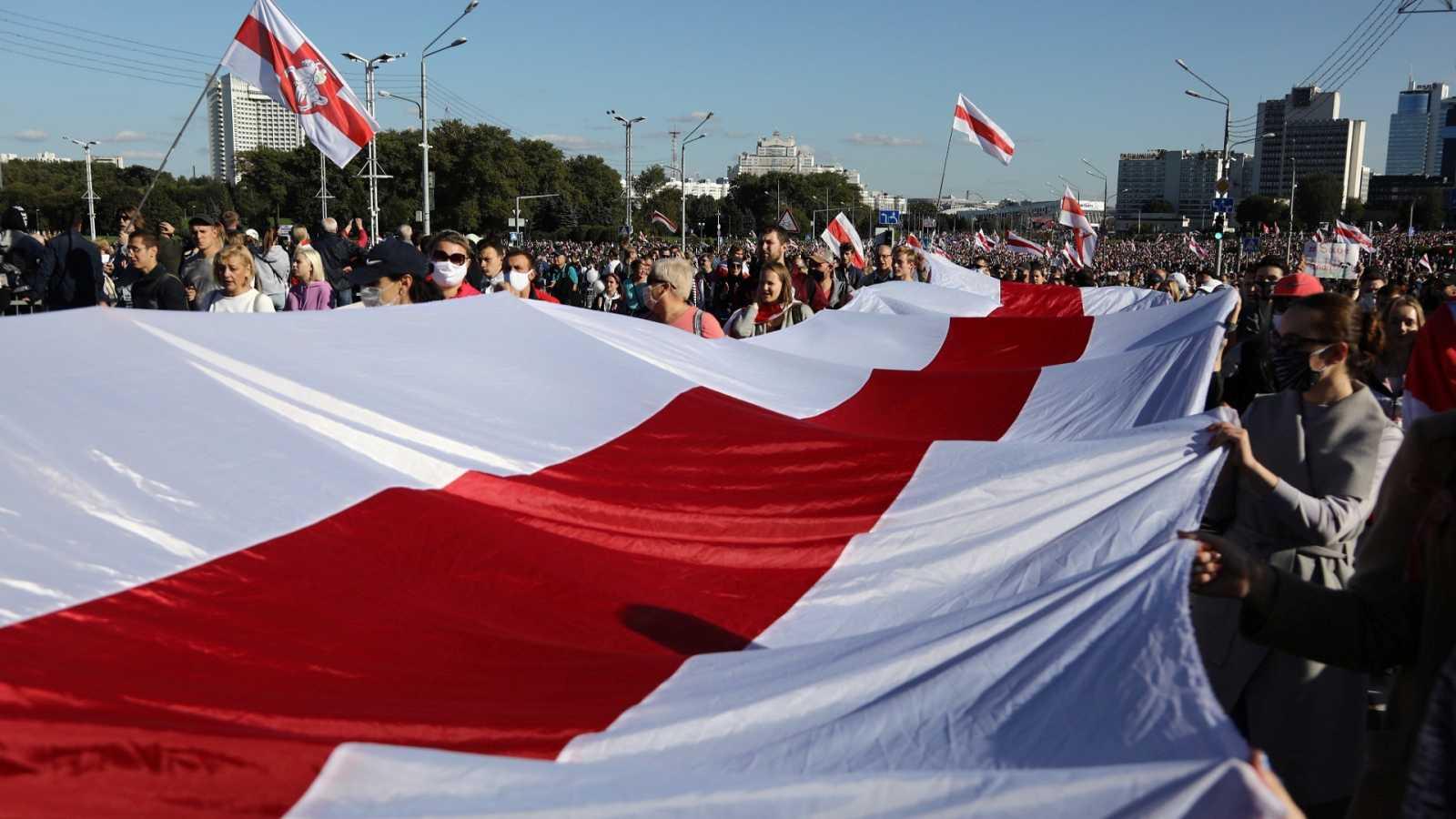 Partidarios de la oposición se manifiestan en Minsk con una gigantesca bandera de Bielorrusia