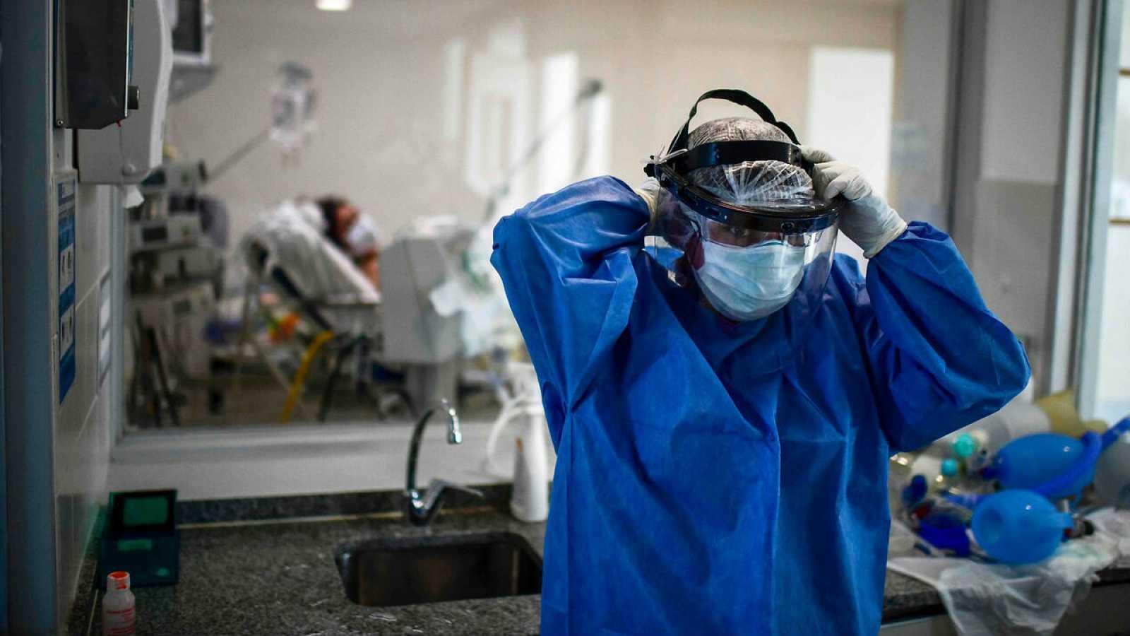 Un médico se coloca un protector facial en el Hospital Nacional Profesor Alejandro Posadas en el municipio de El Palomar, provincia de Buenos Aires, Argentina.