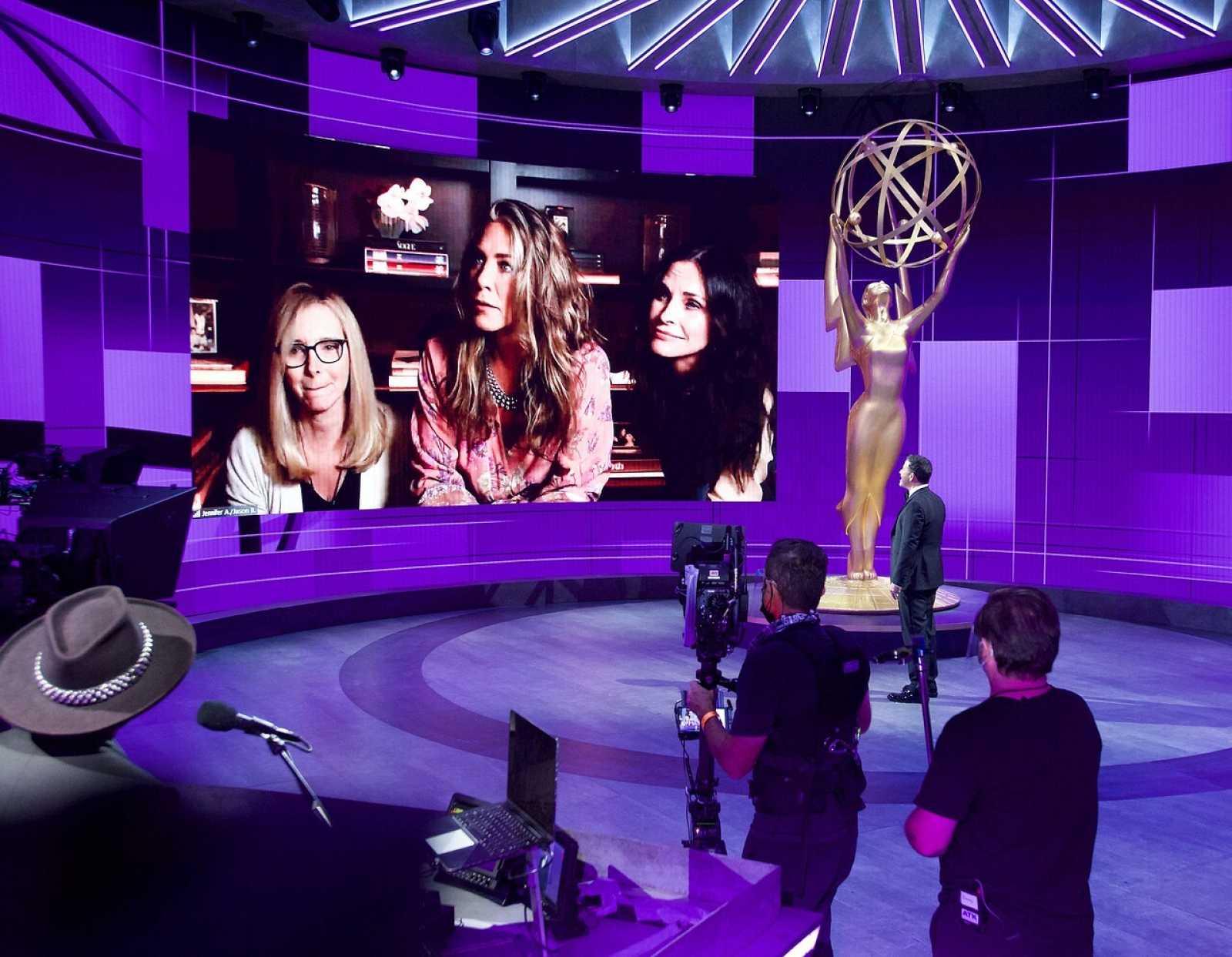 Jimmy Kimmel frente a una pantalla en la que se vea a Jennifer Aniston, Lisa Kudrow y Courteney Cox