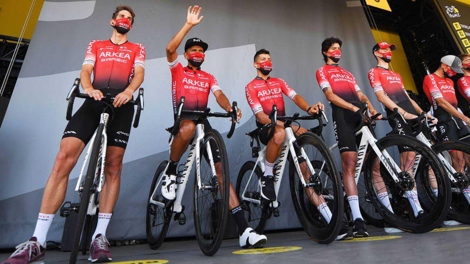 Ciclistas del Arkea antes de la 18ª etapa del Tour
