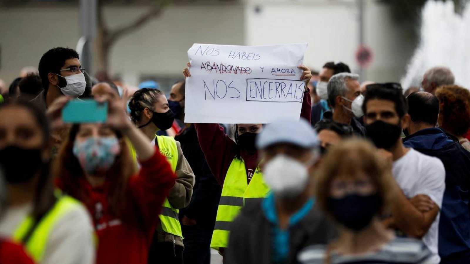 Centenares de personas se concentran este domingo en los alrededores de la Asamblea de Madrid en Vallecas para protestar contra las restricciones de movilidad decretadas por el Gobierno de Isabel Díaz Ayuso