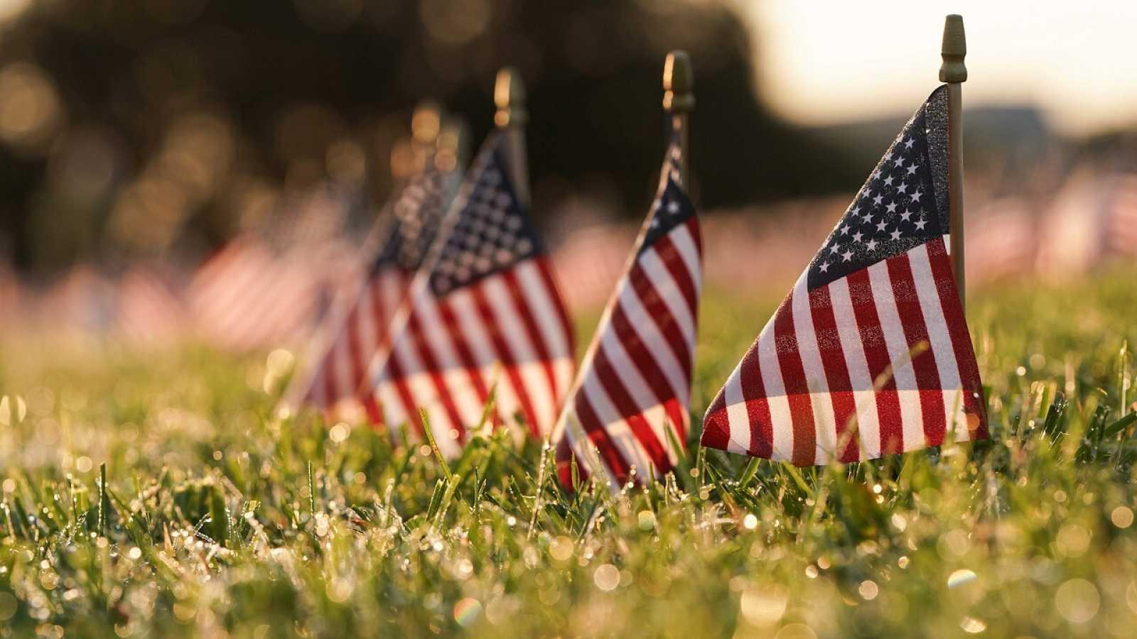 Varias banderas que representan las 200.000 vidas perdidas en EE. UU. en la pandemia en el National Mall de Washington