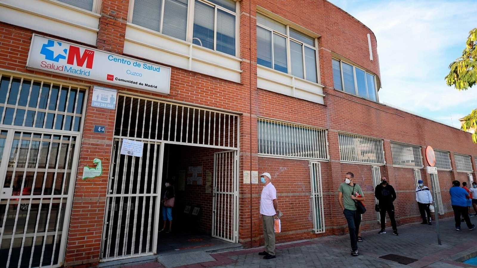 Residentes hacen cola ante un centro de salud en Fuenlabrada, Madrid. OSCAR DEL POZO / AFP