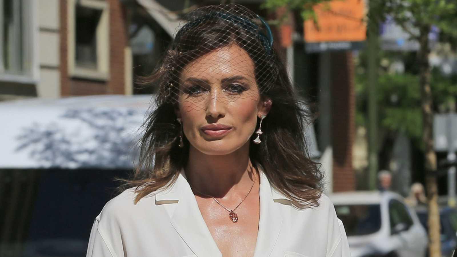Nieves Álvarez, siempre elegante le dio a su look un toque personal con un discreto tocado el día de la comunión de su hija