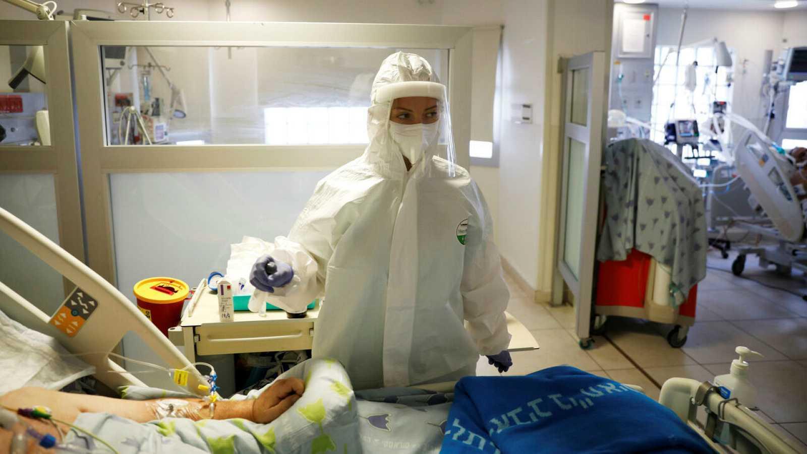 Un miembro del personal del hospital brinda atención médica a un paciente enfermo de coronavirus COVID-19 en un Hospital de Tel Aviv, Israel.