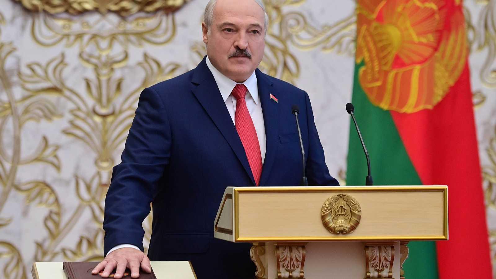 Alexander Lukashenko toma posesión como presidente de Bielorrusia jurando sobre la Constitución del país.