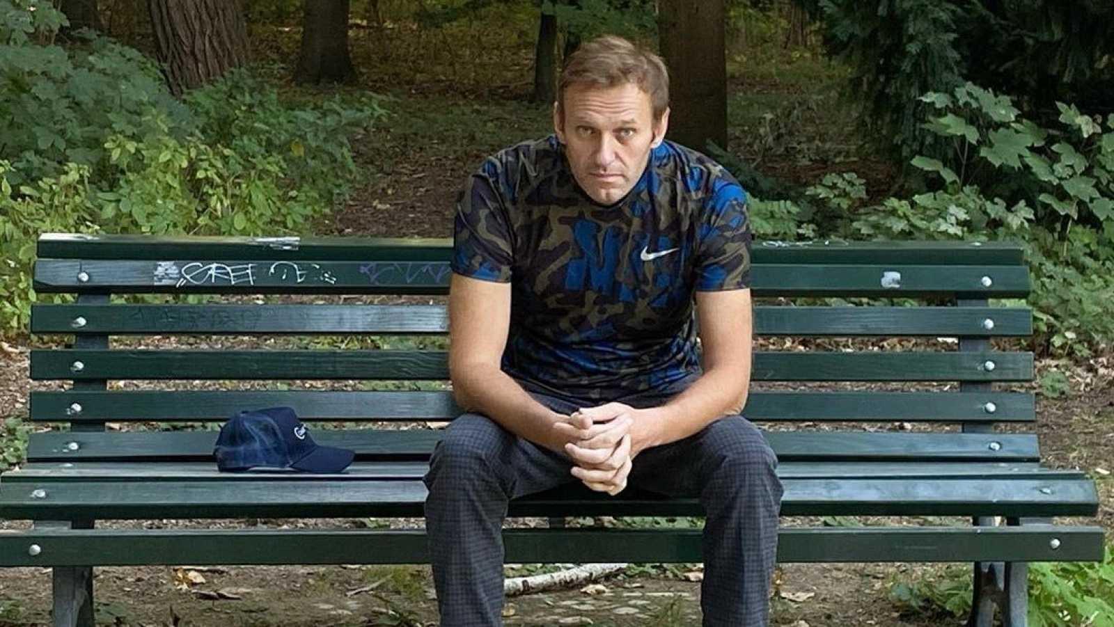 Una foto reciente, sin fecha, facilitada por el líder de la oposición rusa Alexei Navalny a través de su sitio de Instagram, muestra a Navalny sentado en un banco en un lugar no revelado.