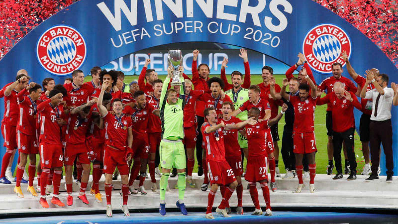Neuer levanta la Supercopa de Europa rodeado de todos los jugadores del Bayern