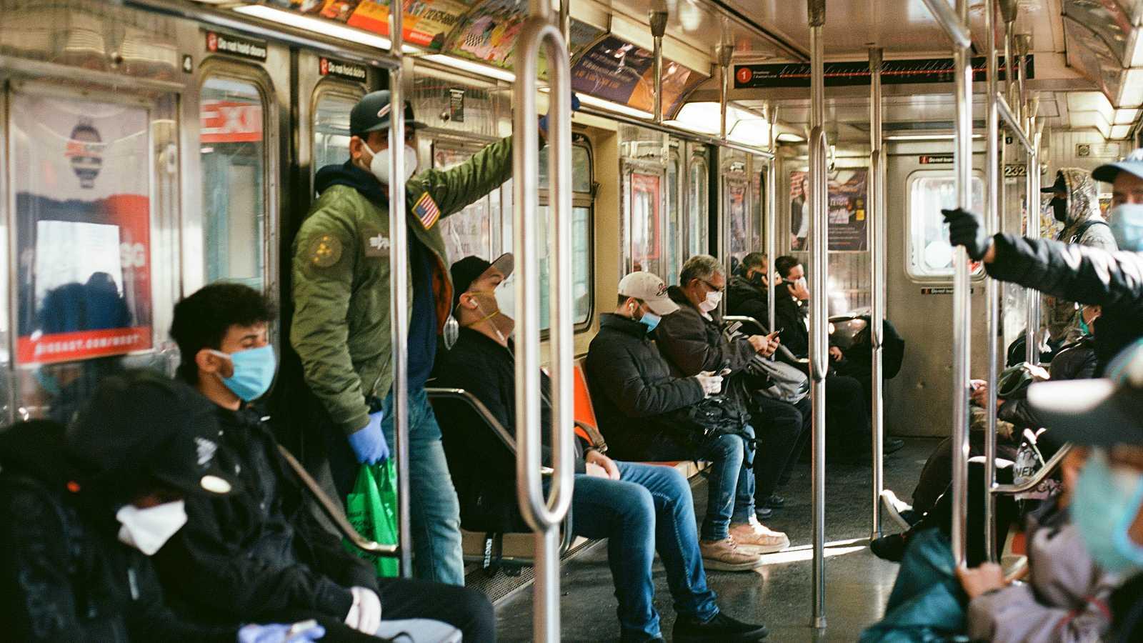 Viajeros con mascarilla en el metro de Nueva York, Estados Unidos.