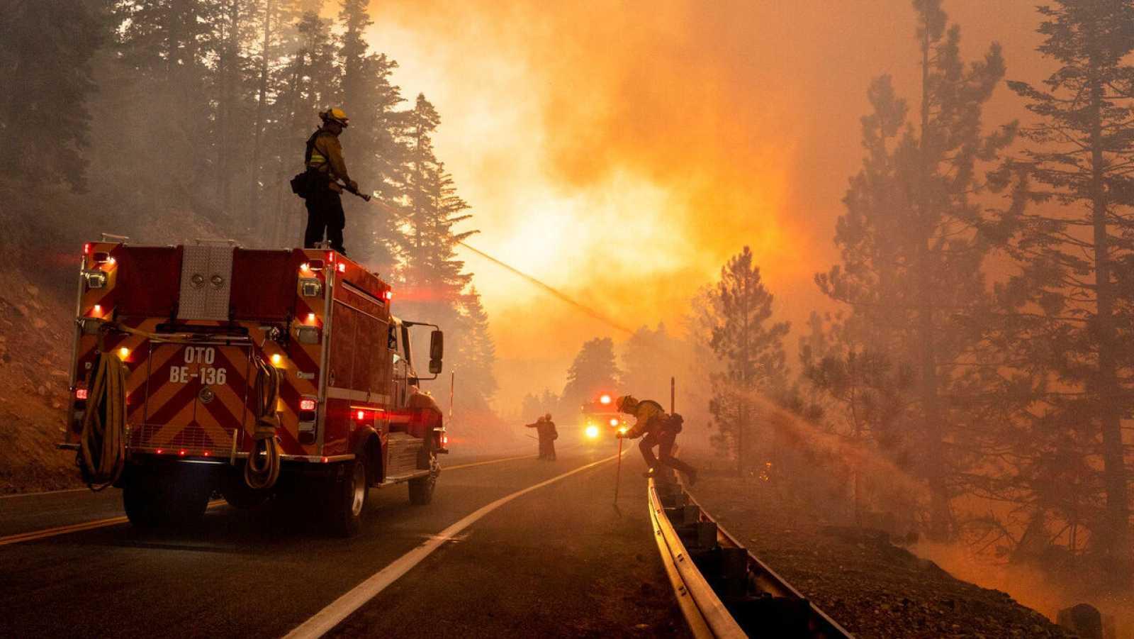 Los bomberos trabajan para evitar que se extiendan las llamas en el Bosque Nacional Ángeles al norte de Azusa, California, Estados Unidos.