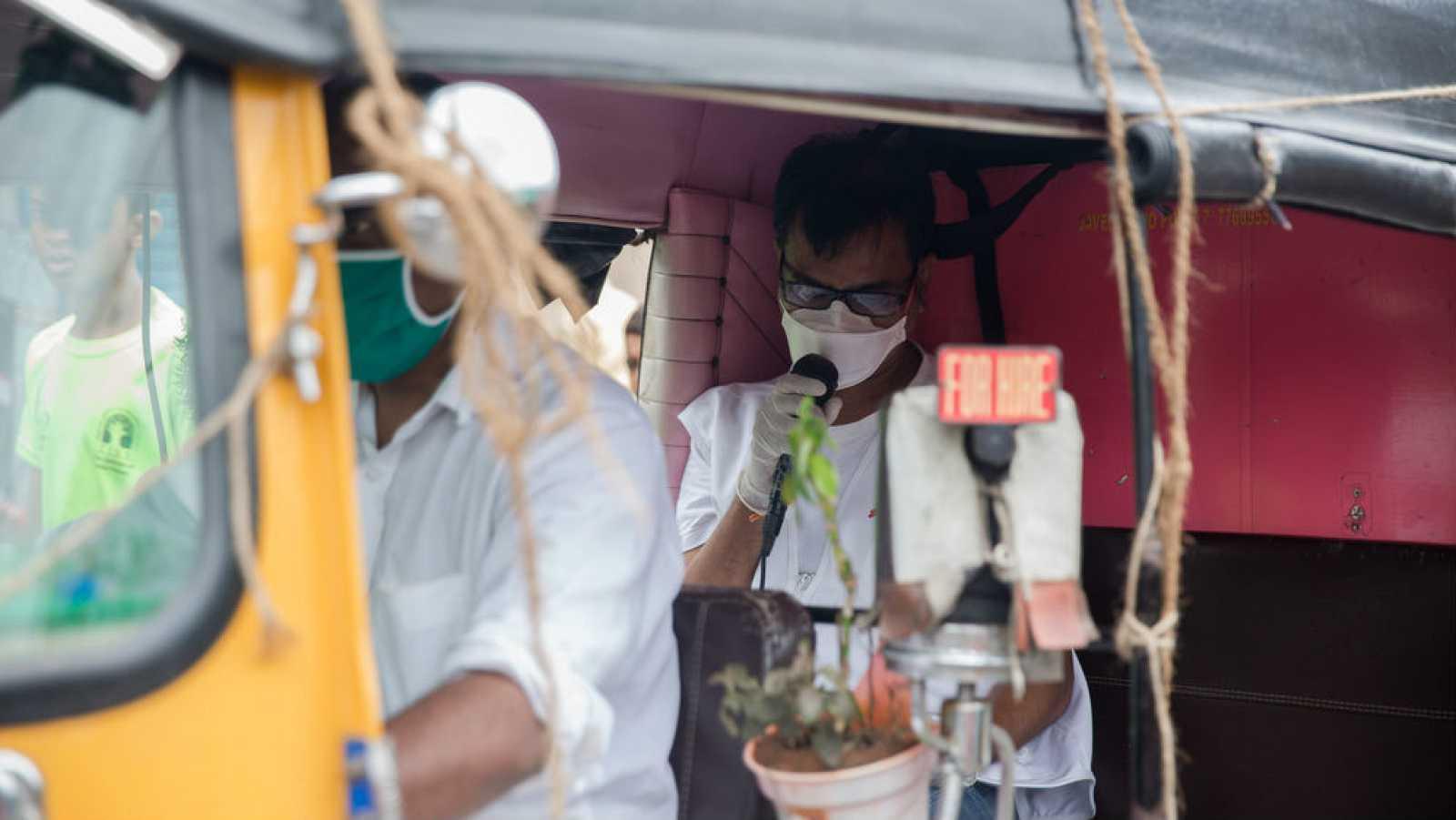Ganpat anuncia por megafonía en un rickshaw las precauciones de salud y seguridad mientras recorre los suburbios de Govandi este (Bombay).