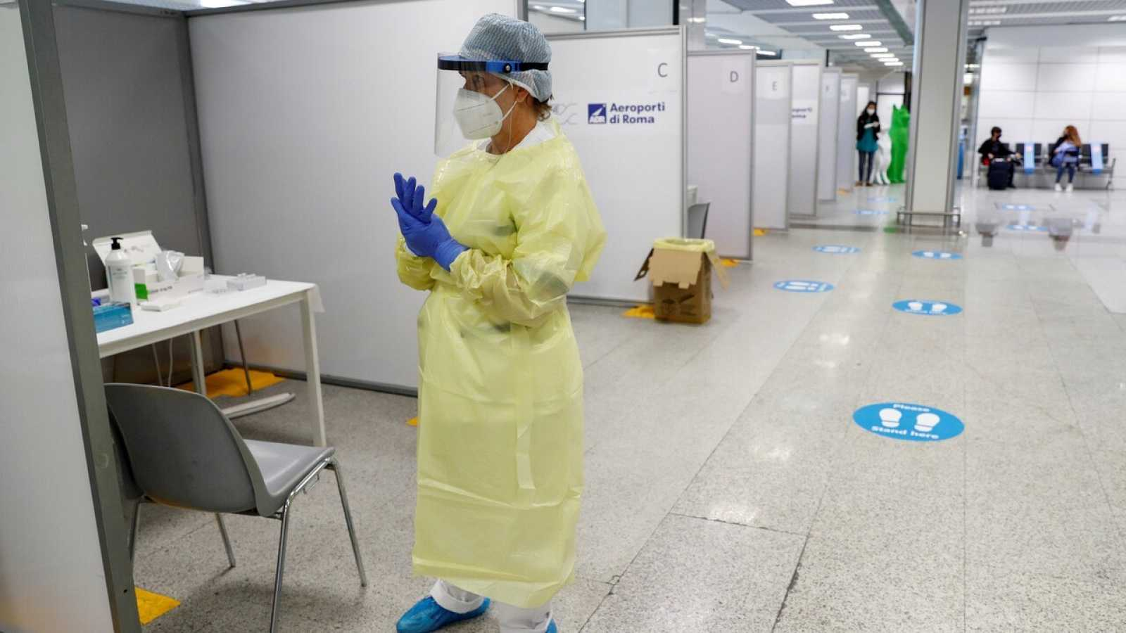 Un sanitario espera para realizar tests virales en el aeropuerto de Fiumicino, en Roma. REUTERS/Remo Casilli