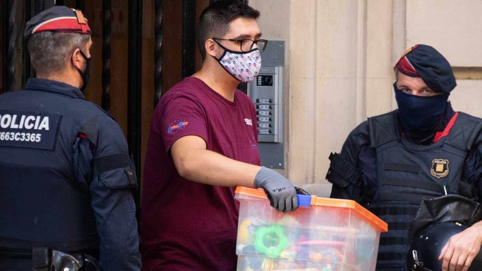 Un empleado de mudanzas saca enseres en un desahucio en Barcelona
