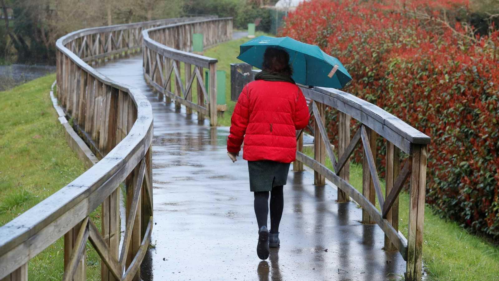 Un fuerte temporal de viento, oleaje y lluvias pone en alerta a trece comunidades