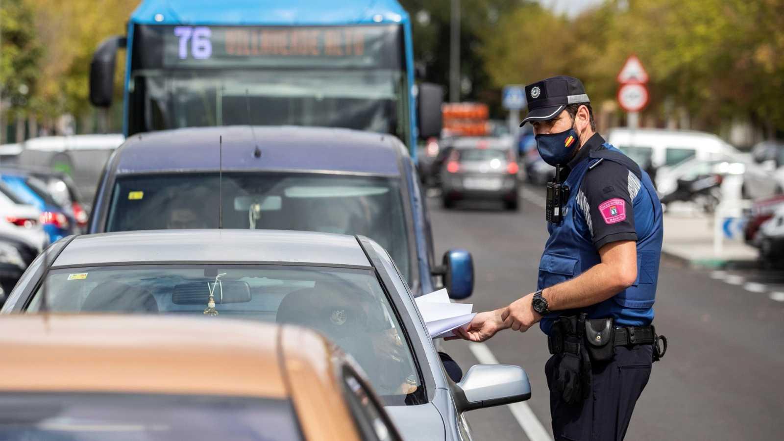 Agentes de la Policía municipal, en tareas de control en el Barrio de Orcasur, en Madrid.