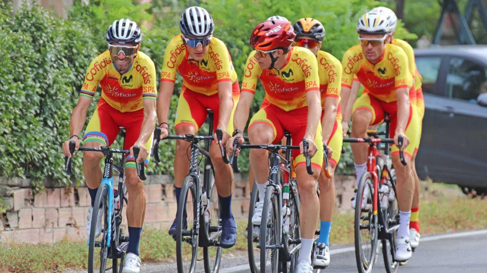 La selección española de ciclimo durante un entrenamiento previo a la prueba de ruta de los Mundiales de Ciclismo 2020