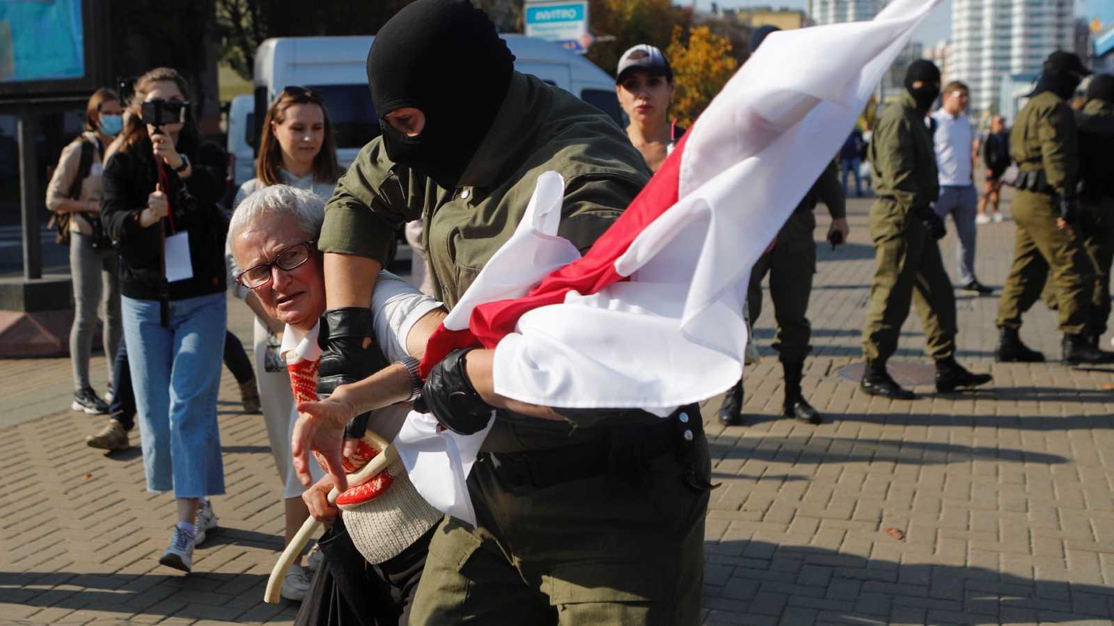 """Detención de la veterana activista de 73 años Nina Baginskaya durante un anueva """"marcha de la mujeres"""" contra Lukashenko"""