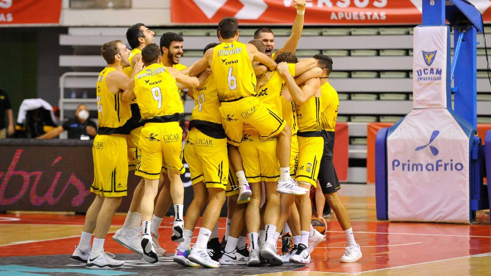Imagen: Los jugadores de Iberostar Tenerife celebran la victoria