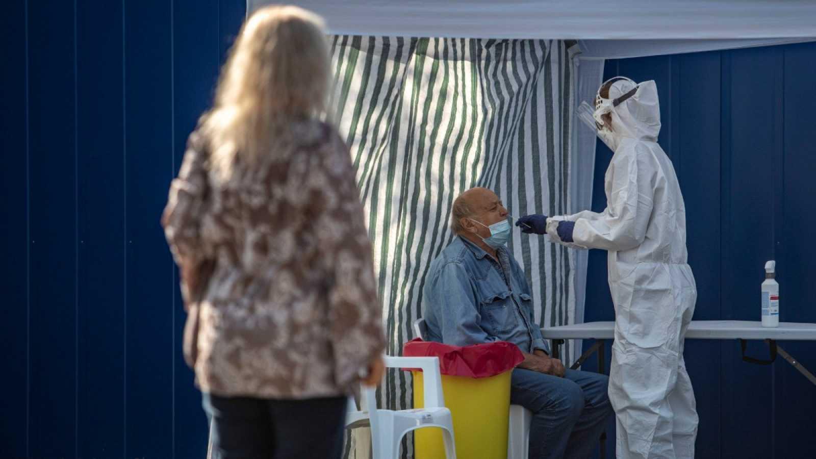 Un sanitario realiza una PCR a un hombre