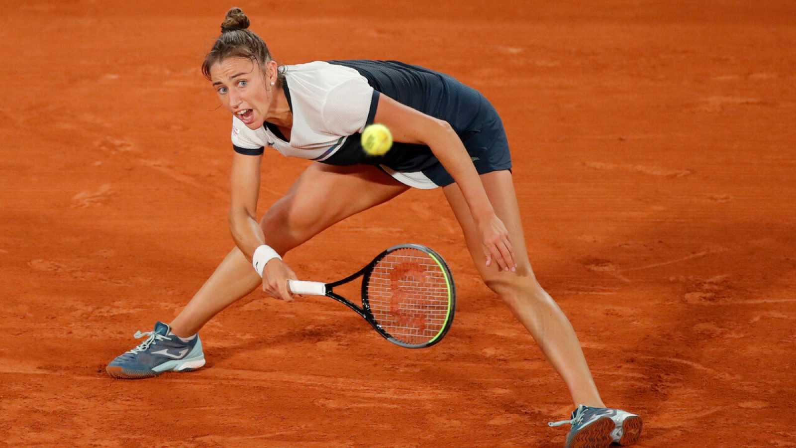 Imagen: Sara Sorribes trata de devolver una bola