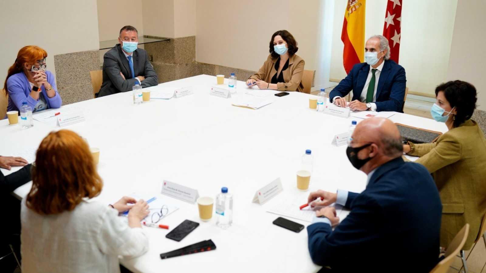 La presidenta de la Comunidad de Madrid, Isabel Díaz Ayuso, en una reunión el 22 de septiembre con representantes de Amyts, UGT, CC.OO, SATSE y CSIT.