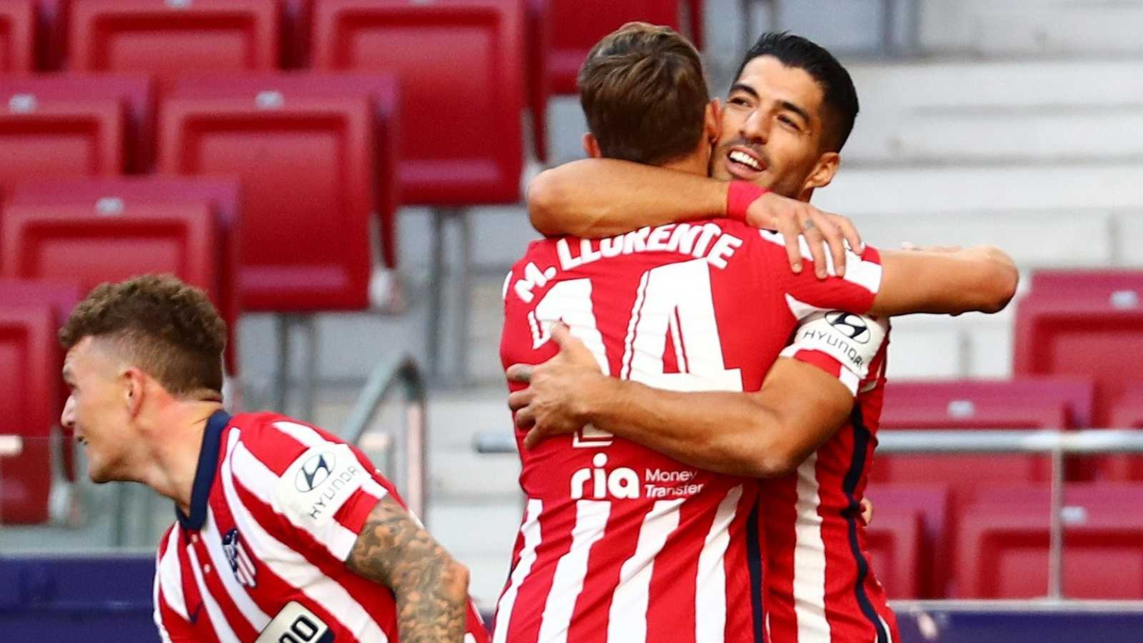 Luis Suárez se abraza a Marcos Llorente tras la goleada 6-1 al Granada