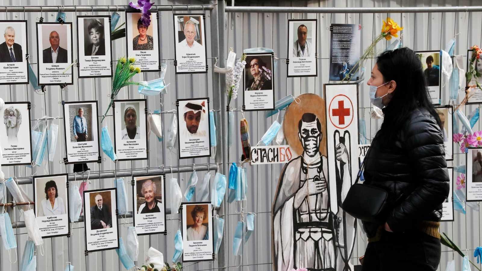 Una mujer observa un mural en homenaje a los sanitarios fallecidos por COVID-19 en San Petesburgo