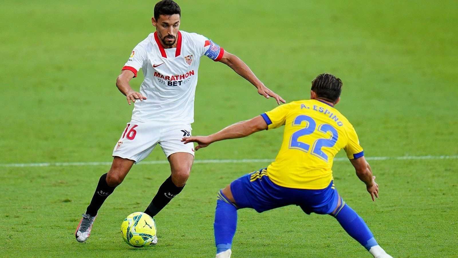 Jesús Navas, jugador del Sevilla FC, encara a Pacha Espino, del Cádiz