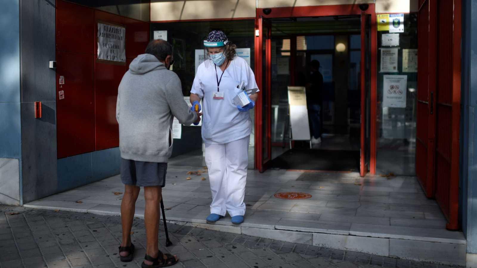 Un paciente es atendido a su llegada al centro de salud de Las Calesas, en el distrito de Usera