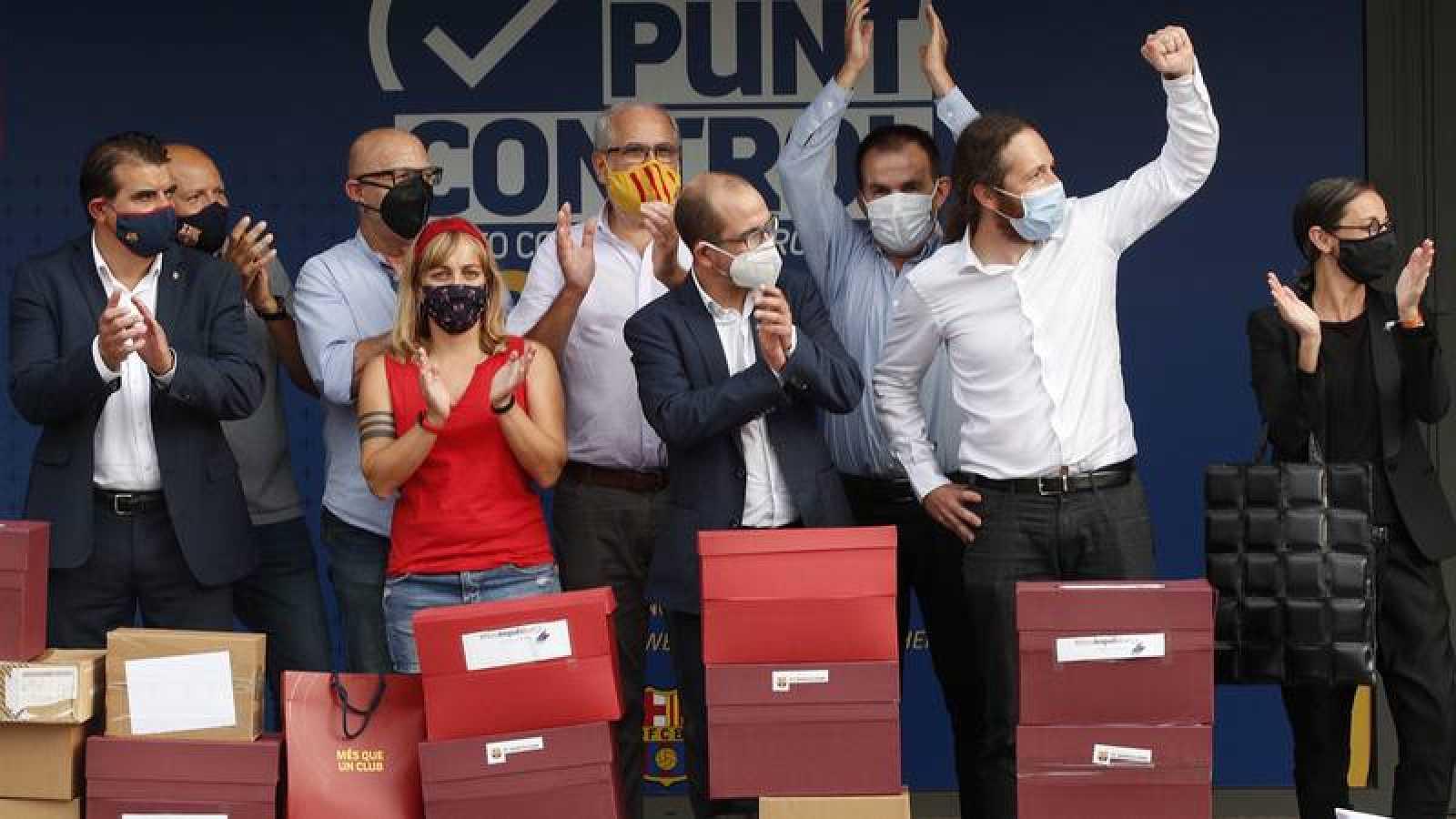 Miembros de la plataforma contra Bartomeu, el día de la presentación de firmas.