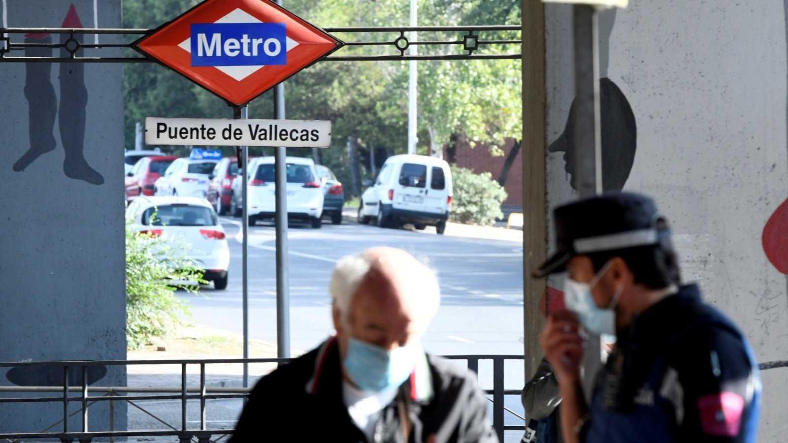 Efectivos de la Policía Local realizan controles en Puente de Vallecas