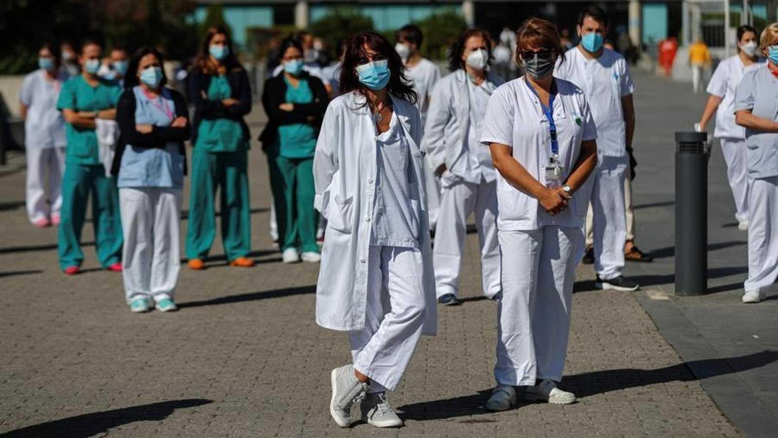 Un grupo de enfermeras se manifiesta en el exterior del hospital La Paz en Madrid