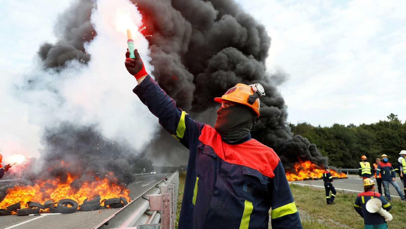 Trabajadores de Alcoa cortan el tráfico en la Autovía del Noroeste (A-6), a la altura del municipio lucense de Outeiro de Rei.