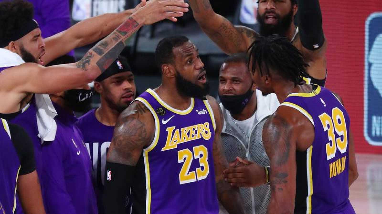 LeBron James, en el centro, celebra la victoria frente a Denver en las finales del Oeste.