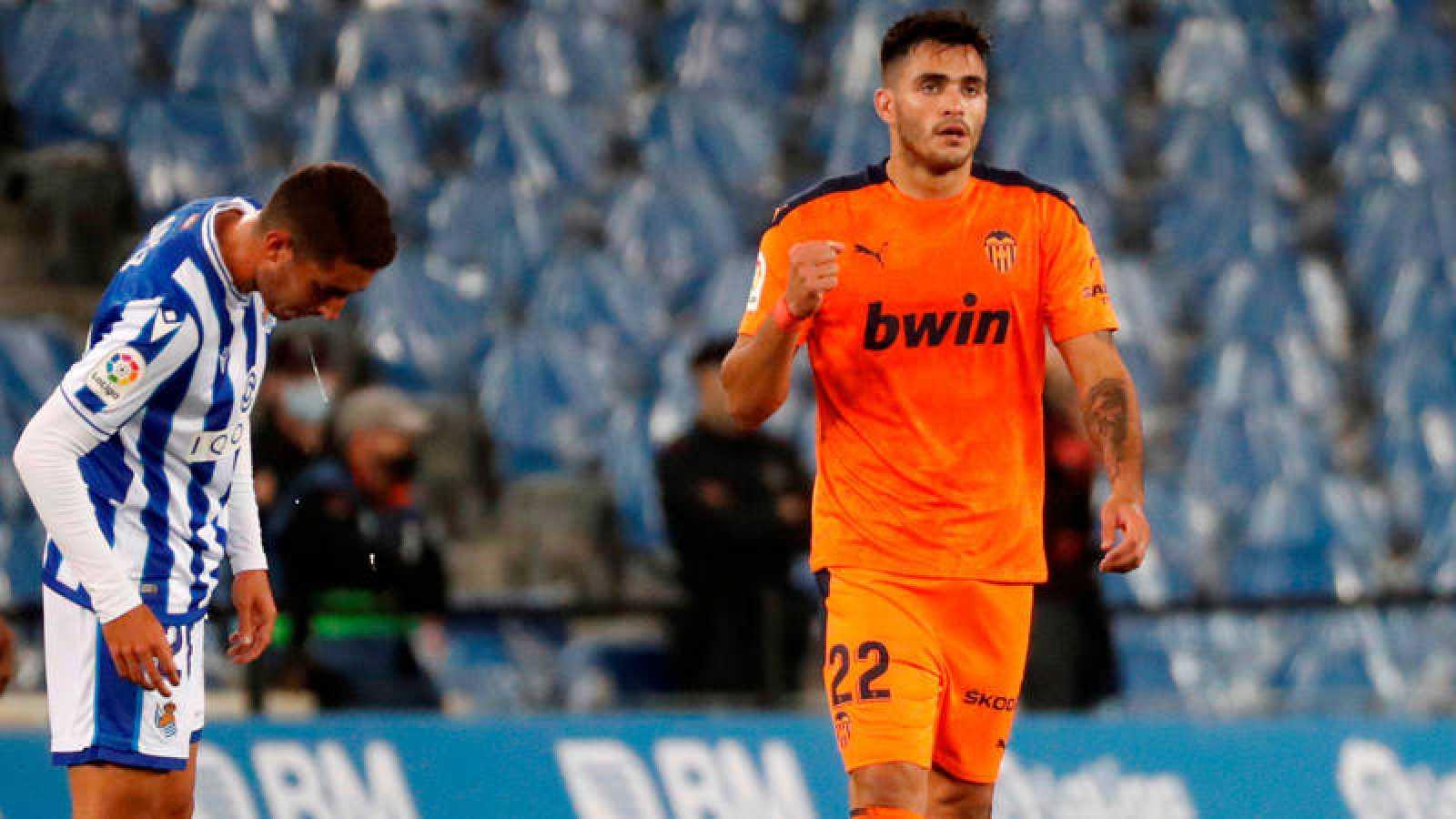El delantero del Valencia Maxi Gómez celebra su gol ante la Real Sociedad