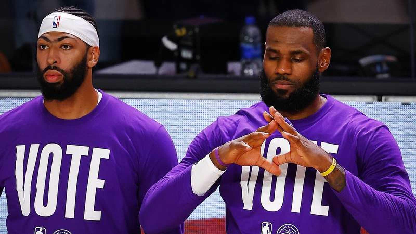 Anthony Davis (i) y LeBron james (d) de Los Ángeles Lakers.