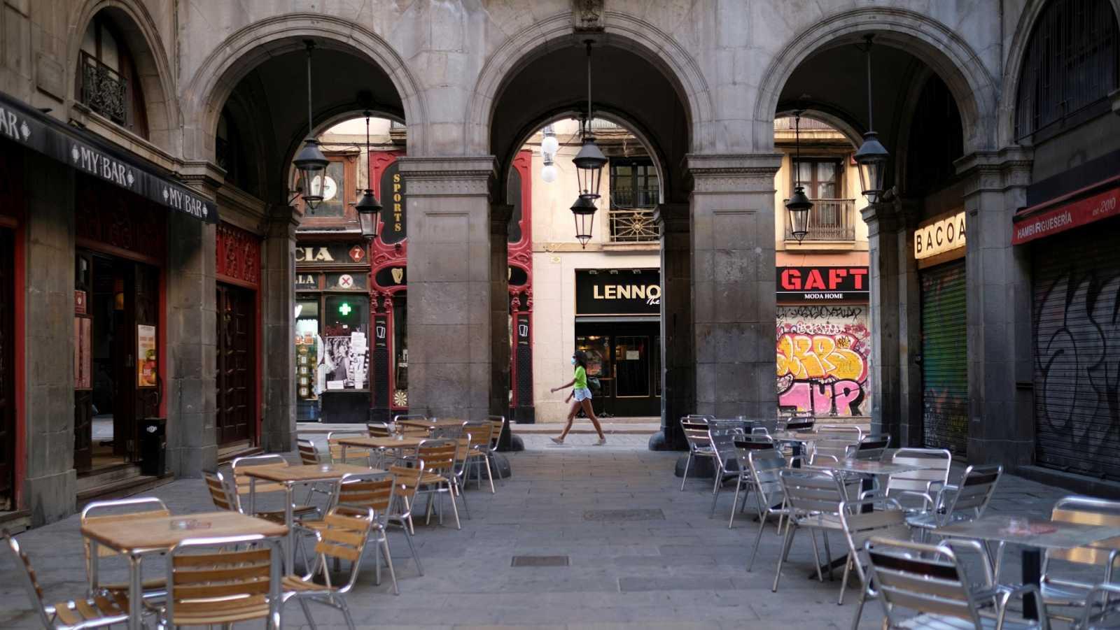 Comercios cerrados y terrazas vacías en la Plaza Real de Barcelona