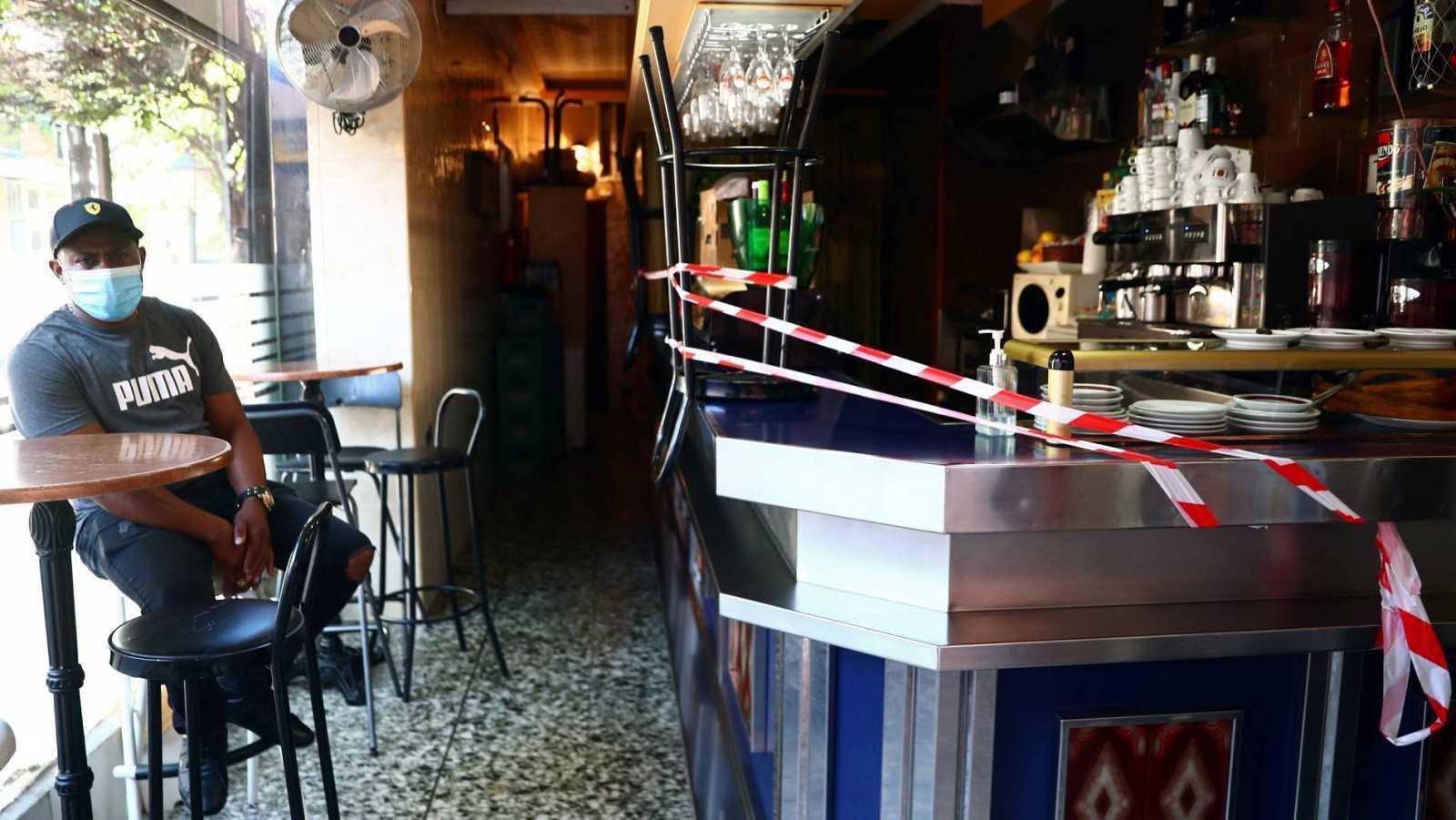 Un bar de Vallecas con la barra clausurada para cumplir las restricciones impuestas por el coronavirus