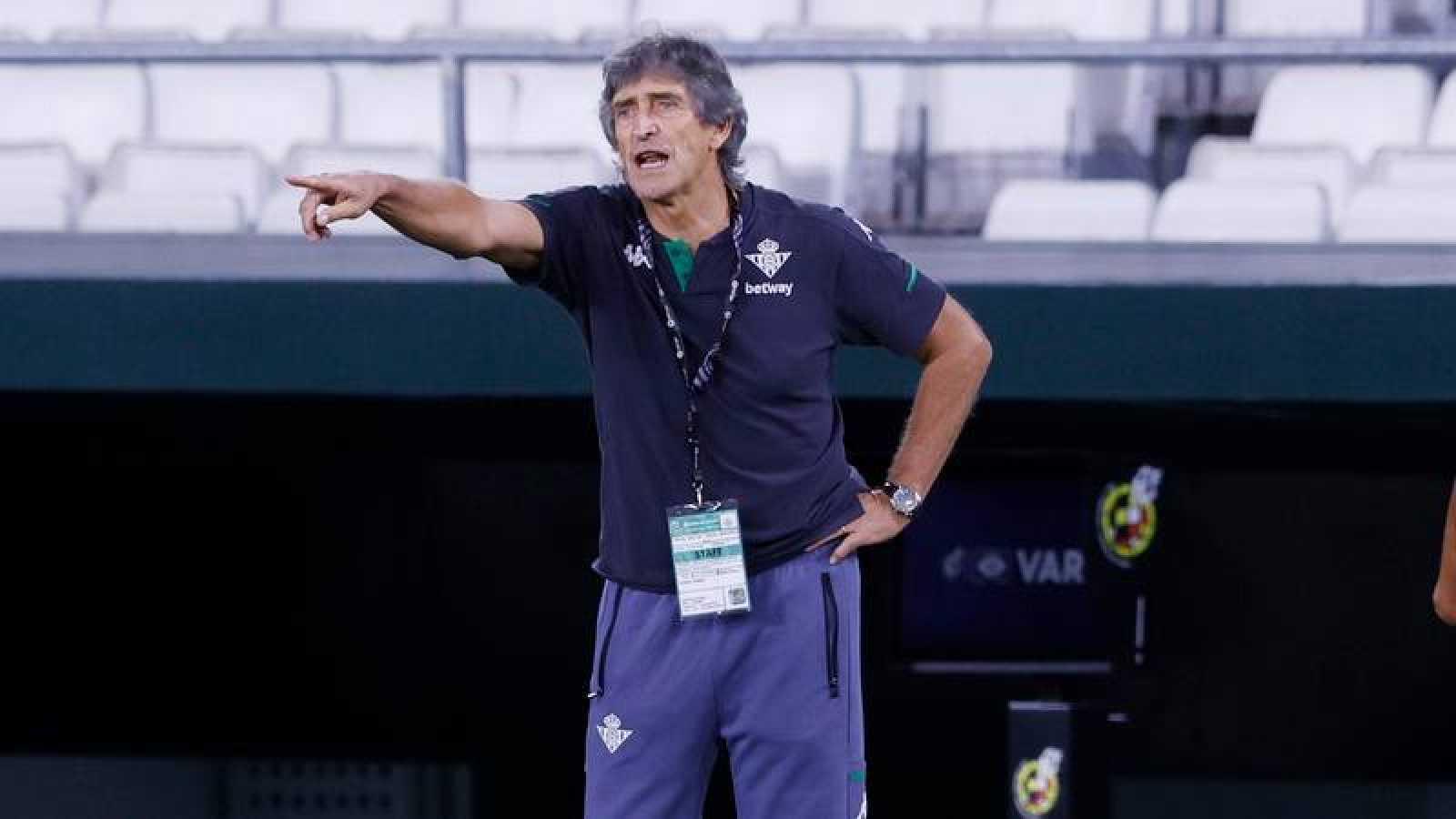 El técnico del Betis, Manuel Pellegrini da instrucciones durante el partido de Liga entre Betis y Real Madrid.