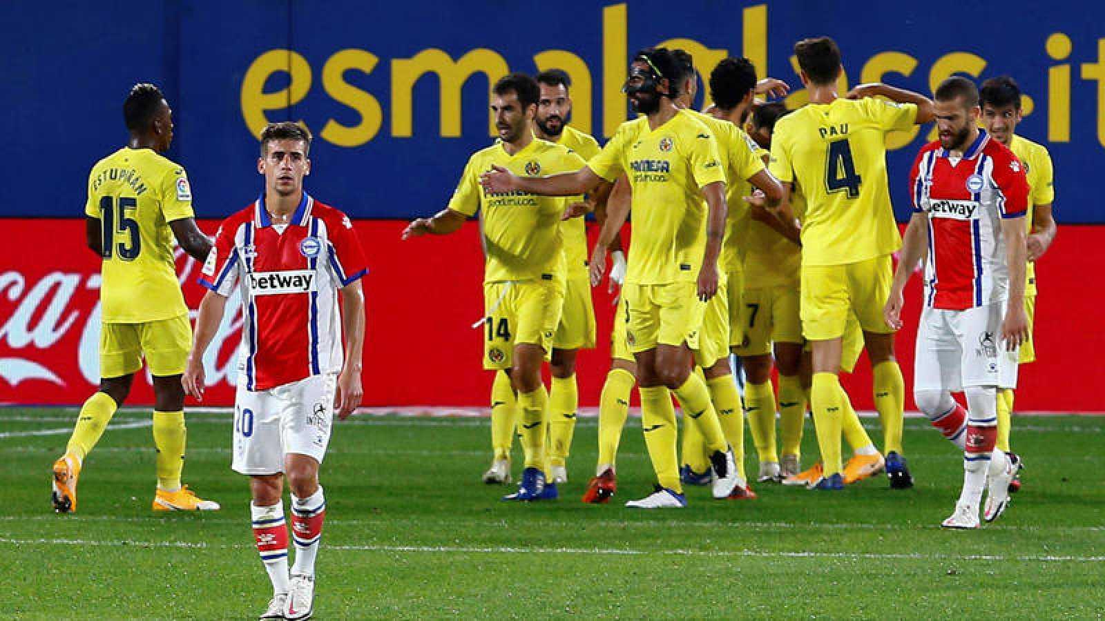 Los jugadores del Villarreal CF celebran el tercer gol del equipo ante el Deportivo Alavés