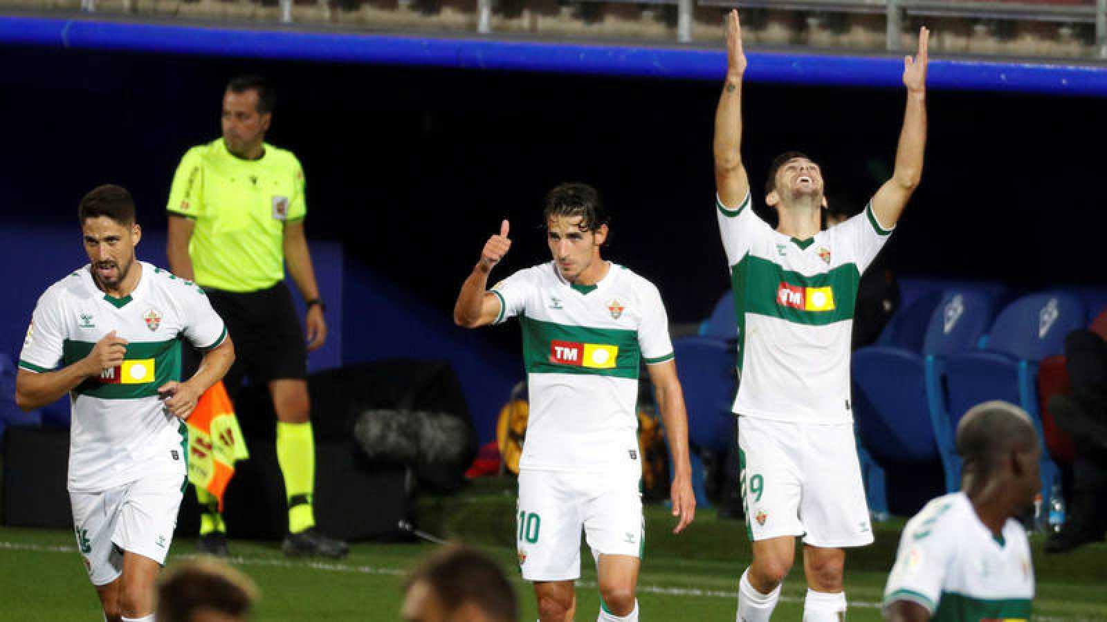 El delantero del Elche Lucas Boyé (d) celebra su gol ante el Eibar mirando al cielo