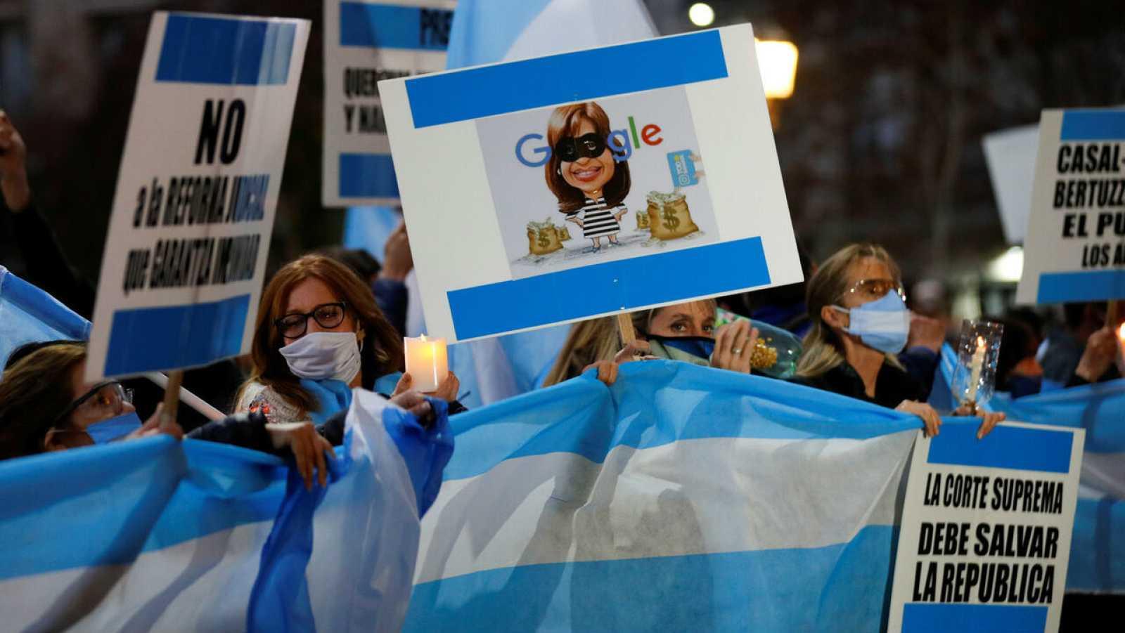 Manifestantes sostienen un cartel que representa a la vicepresidenta argentina Cristina Fernández de Kirchner como un ladrón durante una protesta contra un intento de reformar el poder judicial, en Buenos Aires, Argentina.