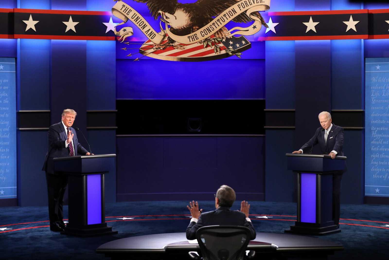 El moderador Chris Wallace intenta evitar que el presidente estadounidense Donald Trump interrumpa al candidato presidencial demócrata Joe Biden durante el primer debate de las elecciones presidenciales de 2020.