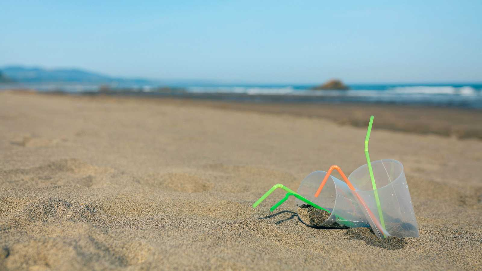 Inglaterra prohíbe desde este jueves las pajitas y los bastoncillos de plástico de un solo uso.