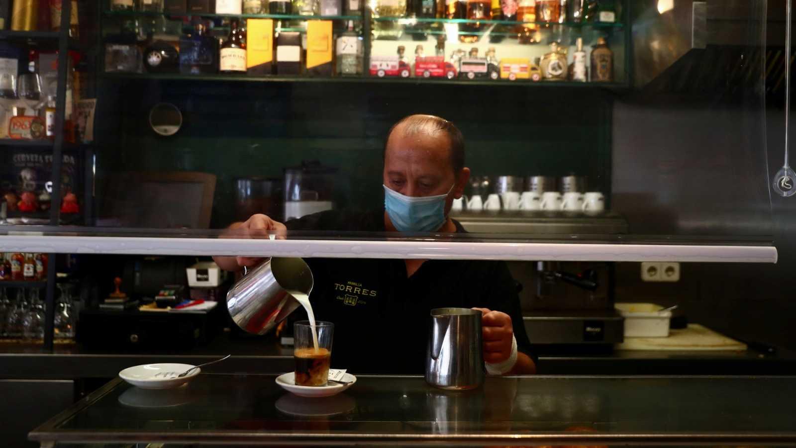Un camarero sirve un café en el barrio madrileño de Vallecas